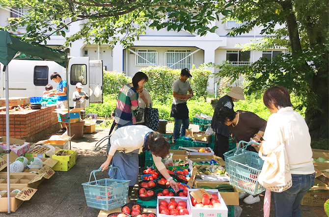 新鮮な野菜や果物の移動販売