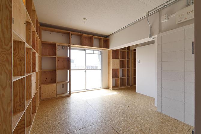 室内いっぱいの木の棚が特徴的です