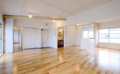光と風を取り込むバーチカルブラインドが特徴的なお部屋す